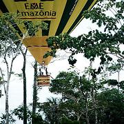 BRESIL<br /> Du ciel &agrave; la terre. Initiations amazoniennes en Montgolfi&egrave;re.<br /> Cassiano Marquez l'ancien secr&eacute;taire du tourisme de l'Acre multiplie les casquettes.<br /> Sa derni&egrave;re en date s'initier &agrave; la montgolfi&egrave;re pour faire d&eacute;couvrir la for&ecirc;t amazonienne et sa terre natale: l'Acre.<br /> Une premi&egrave;re mondiale ! Bord&eacute; par le P&eacute;rou et la Bolivie, m&eacute;connu et longtemps inaccessible, l'Acre d&eacute;tient des secrets bien gard&eacute; de l'Amazonie.<br /> Le dernier en date: les traces d'une civilisation m&eacute;connue qui creusait d'immense forme dans la terre pour se connecter aux divinit&eacute;s.<br /> A ce jour, 311 formes g&eacute;om&eacute;triques parfaites de plusieurs centaines de m&egrave;tres de diam&egrave;tre ont &eacute;t&eacute; identifi&eacute;es gr&acirc;ce &agrave; la d&eacute;mocratisation de &quot;Google Earth&quot; et &agrave; la d&eacute;forestation. Mais les myst&egrave;res perdurent:  aucune trace ni d'habitation ni de s&eacute;pulture ! <br /> Temple de la biodiversit&eacute;, ce petit &eacute;tat encore habit&eacute; par 14 peuples diff&eacute;rents et 4 tribus sauvages et aussi le fief du grand environnementaliste Chico Mendes assassin&eacute; en 1988 pour avoir d&eacute;fendu les droits des hommes de la for&ecirc;ts.  Avant de mourir, Mendes aura r&eacute;ussi &agrave; semer dans la consciences de ses proches  les graines de sa bataille pour l'homme et la for&ecirc;t. <br /> Ses successeurs, comme son cousin Nilson Mendes continueront &agrave; transformer la r&eacute;gion de Xapuri et le Seringal Cachoeira en sanctuaire &eacute;cologique o&ugrave; l'homme vit en &eacute;quilibre entre nature, environnement et subsistance. Ces &eacute;rudits de la nature ont une connaissance et une conscience &eacute;m&eacute;rite de l'incroyable biodiversit&eacute; qui les entoure. Guides hors du communs, ils connaissent les lois de la jungle, les secrets des indiens, le
