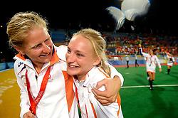 22-08-2008 HOCKEY: OLYMPISCHE SPELEN FINALE CHINA - NEDERLAND: BEIJING <br /> Nederlands dames hockey elftal Olympisch kampioen 2008 - Janneke Schopman en Maartje Goderie - vriendschap<br /> ©2008-FotoHoogendoorn.nl