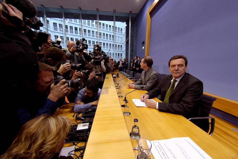 06 FEB 2004, BERLIN/GERMANY:<br /> Franz Muentefering (L), SPD Fraktionsvorsitzender, Gerhard Schroeder (R), SPD, Bundeskanzler und SPD Parteivorsitzender, Kameraleute und Fotojournalisten, kurz vor Beginn der Pressekonferenz zur Bekanntgabe von Schroeders Ruecktritt vom Parteivorsitz, Bundespressekonferenz<br /> IMAGE: 20040206-03-007<br /> KEYWORDS: Gerhard Schr&ouml;der, Franz M&uuml;ntefering, BPK, R&uuml;cktritt, Camera, Kamera