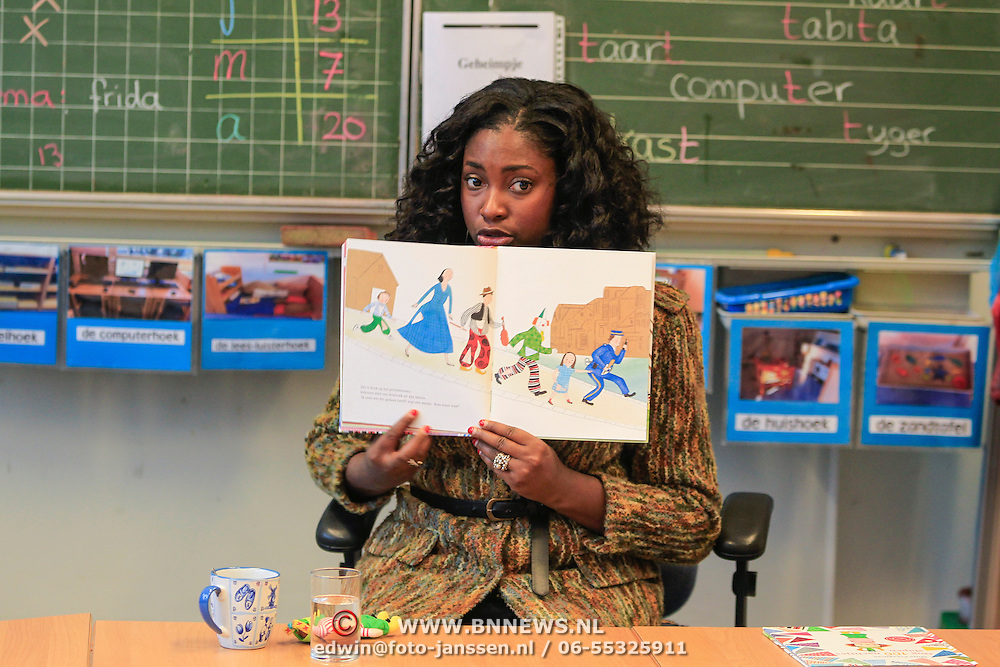 NLD/Amstrdam/20130123 - Nationale Voorleesdag op de basisschool Corantijn te Amsterdam, Zarayda Groenhart leest voor aan de kinderen