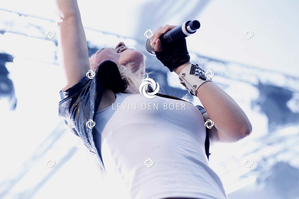 ALEM - In de grote feesttent bij het Hart van Alem is een 90's Night georganiseerd.  Met op de foto de dance formatie Twenty 4 Seven met de zangeres Li-Ann. FOTO LEVIN DEN BOER - PERSFOTO.NU