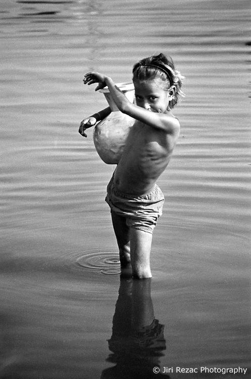BANGLADESH DHAKA JUL94 - A young girl collects water from the Buriganga River near Dhaka...The Bangladesh Bureau of Statistics estimates the total working child population between 5 and 17 years old to be at 7.9 million...jre/Photo by Jiri Rezac..© Jiri Rezac 1994