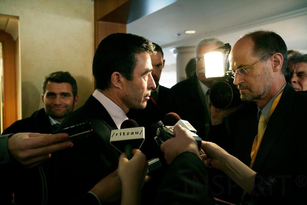 BRUSSELS - BELGIUM - 14 DECEMBER 2006 -- Statsminister Anders Fogh RASMUSSEN svarer på spørgsmål fra TV2's Svenning DALGAARD efter pressekonferencen, som han holdt efter det Nordiske/Baltiske møde inden EU Topmødet. Til venstre spindoktor Michael ULVEMANN.     PHOTO: ERIK LUNTANG /