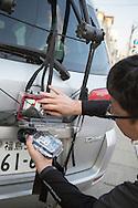 Läraren Shuji Akagi, 47, med geigermätare från Safecast monterad bak på sin bil. Fukushima City, Japan