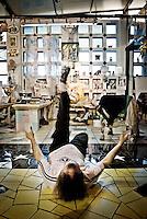"""Vincent Brunetti durante il suo """"Show"""" artistico all'interno della Galleria personale in Vincent City nei pressi di Guagnano in provincia di lecce. 29/03/2010 (PH Gabriele Spedicato)..VINCENT BRUNETTI.Affettuosamente identificato con l'appellativo """"LA LIBELLULA DEL SUD"""", Vincent Brunetti è oggi considerato uno dei personaggi più emblematici della vita artistica meridionale..Nato a Guagnano di Lecce il 3 dicembre 1950 e residente a Milano da oltre vent'anni dove per i meriti artistici (egli è infatti pittore e scultore) gli è stato conferito nel 1970 l'AMBROGINO D'ORO. Fu colpito in tenera età dal virus della poliomelite. Gli effetti devastanti della malattia a seguito di due delicati interventi al piede sinistro lo stavano portando ad una quasi totale immobilità..Comincia comunque a dipingere e consegue, con il massimo dei voti, il diploma alla Scuola d'arte di Lecce..Dopo essere stato a Torino, si trasferisce a soli venticinque anni a Milano dove riceve numerosi riconoscimenti ed entra in contatto con elementi di spicco della scena artistica milanese come Francesco Messina (sotto la cui guida frequenta l'Accademia di Brera); Giacomo Manzù che lo segue ed incoraggia nel corso della sua attività; Arnaldo Pomodoro che lo accoglie presso la sua Bottega..Sempre a Milano, egli collabora con l'attrice Paola Borboni ed il poeta Bruno Villar alla realizzazione di numerose attività culturali e di diversi programmi televisivi..Con il passare degli anni egli è sempre più debilitato dalla malattia..Grazie alla geniale scoperta di Mariano Orrico, ideatore """"Lamina Bior"""" secondo il quale, ogni genere di malattia può essere sconfitta con il proncipio dell'elettricità statica, Vincent Brunetti ha potuto recuperare in pieno la sua vitalità e gioia di vivere..Nella sua """"DANZA"""" propiziatoria è espresso in pieno il bisogno di LIBERTA' che è nascosto nel cuore di ogni uomo e nel suo """"VOLO"""" il desiderio di liberarsi dal peso della materia..Nell'elasticità delle articolazioni rese forte e"""