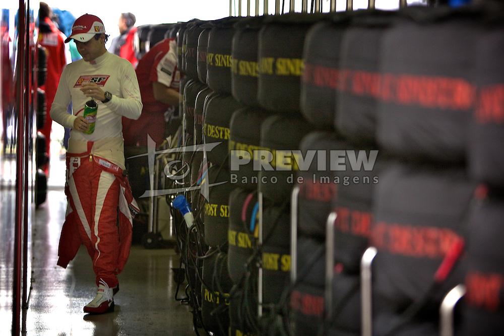 O piloto brasileiro de Fórmula 1 Felipe Massa é visto nos boxes da equipe Ferrari durante o Grande Prémio do Brasil em Interlagos, em São Paulo. FOTO: Jefferson Bernardes/Preview.com