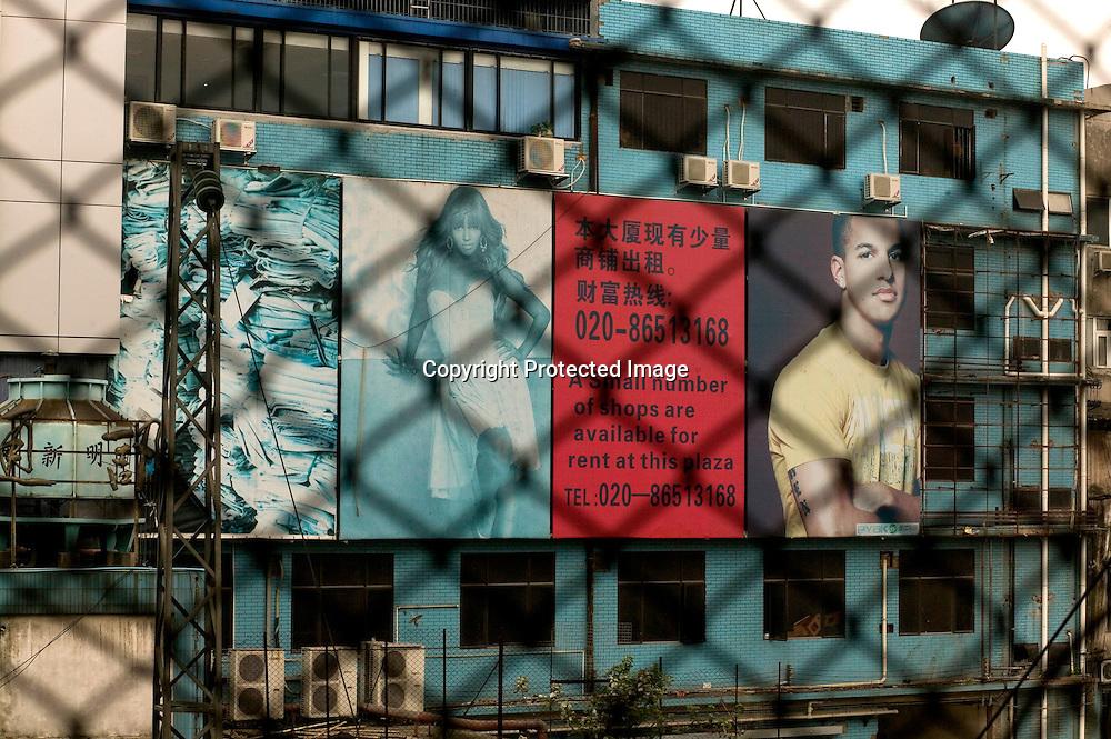 GUANGZHOU, 3. Mai , 2010:.Werbung fuer Afrikanische Textilien  in der Naehe des Tangqi Handelszentrums in Guangzhou...