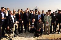 09 DEC 2004, GIZEH/EGYPT:<br /> Peter Struck, SPD, Bundesverteidigungsminister, und Journalisten, waehrend einem Gruppenfoto beim Besuch der Phyramiden von Gizeh, im Rahmen einer Reise nach Aegypten<br /> IMAGE: 20041209-01-025<br /> KEYWORDS: Gize, Ägypten, Journalist,