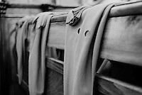 Reportage sulla processione del venerdi santo a Gallipoli...i cappucci e i guanti degli appartenenti alla confraternita appesi sulle panche della chiesa.