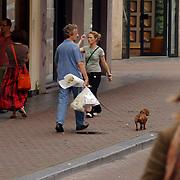 NLD/Amsterdam/20050730 - Hans van Willigenburg en hond kopen bloemen