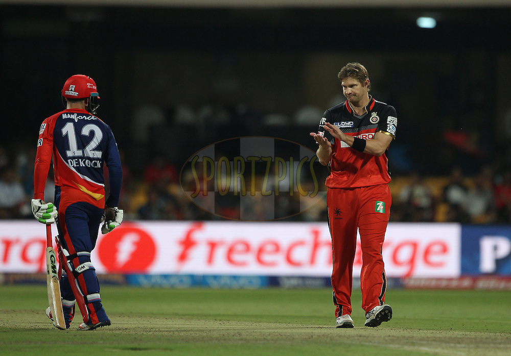 Shane Watson of Royal Challengers Bangalore applauds the innings of Quinton de Kock of Delhi Daredevils during match 11 of the Vivo IPL ( Indian Premier League ) 2016 between the Royal Challengers Bangalore and the Delhi Daredevils held at The M. Chinnaswamy Stadium in Bangalore, India,  on the 17th April 2016<br /> <br /> Photo by Ron Gaunt / IPL/ SPORTZPICS