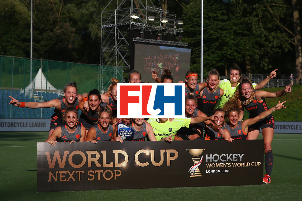 BRUSSELS, BELGIUM - JULY 02: The Netherlands players celebrate after their victory over China and qualification for the 2018 World Cup after the Final match between the Netherlands and China on July 2, 2017 in Brussels, Belgium. (Photo by Steve Bardens/Getty Images for FIH)