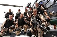 """25 SEP 2006, GOLF VON TADJURA/DJIBOUTI:<br /> Soldaten der Spezialisierten Einsatzkraefte Marine, ausgeruestet fuer """"Fast Roping"""" - das abseilen auf ein fremdes Schiffes zur Ueberpruefung - posieren fuer ein Gruppenfoto vor einem Hubschrauber Typ Sea Lynx auf der Fregatte """"Schleswig-Holstein"""". Die Fregatte ist als Flaggschiff Teil des deutschen Marinekontingents der OPERATION ENDURING FREEDOM und operiert im Seegebiet am Horn von Afrika<br /> IMAGE: 20060925-01-078<br /> KEYWORDS: Dschibuti, Bundeswehr, Marine, Soldat, Soldaten, Afrika, Africa"""