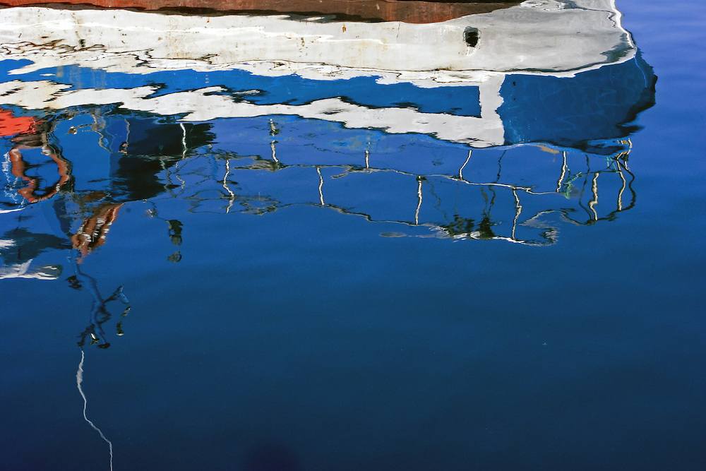 Reflejo en el agua de una embarcación pesquera amarrada en la Dársena de La Coruña.