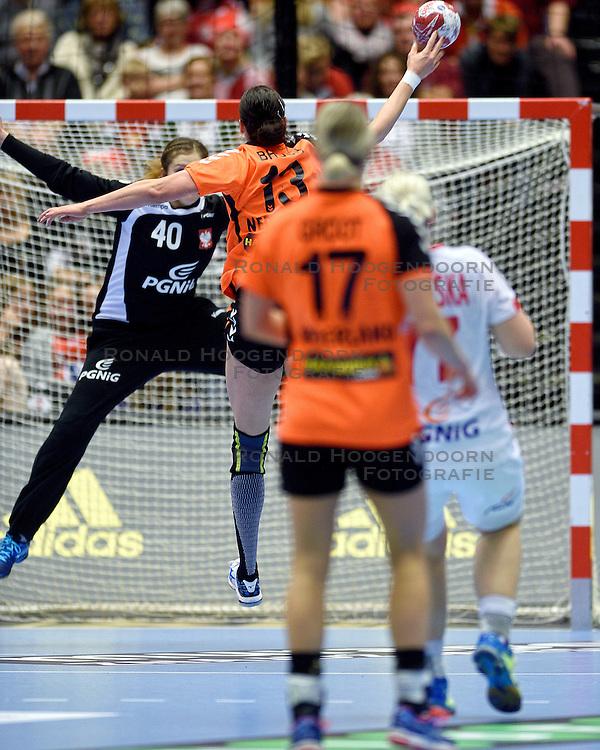 18-12-2015 DEN: World Championships Handball 2015 Poland  - Netherlands, Herning<br /> Halve finale - Nederland staat in de finale door Polen met 30-25 te verslaan / Yvette Broch #13, Anna Wysokinska #40 of Poland