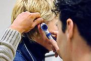 Nederland, Nijmegen, 9-2-2006..Een arts, huisarts in opleiding doet onderzoek in het oor van een patient. Gezondheidszorg, eerstelijnszorg, dokter..Foto: Flip Franssen