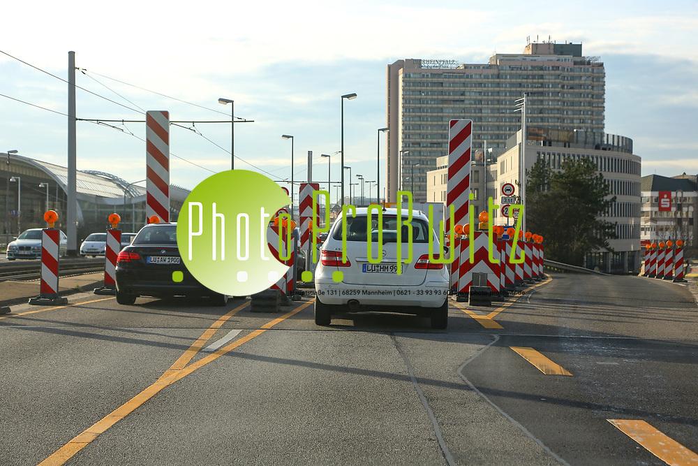 Ludwigshafen. 10.01.18   <br /> Hochstra&szlig;e S&uuml;d. Aktive Geschwindigkeitsreduzierung und LKW Durchfahrtssperre wegen Br&uuml;ckensch&auml;den. Schilder auf der Hochstra&szlig;e S&uuml;d (B 37) aus Richtung Mannheim kommend vor der Lkw-Sperre. Diese zeigen noch 2 Meter als Maximalbreite an.<br /> <br /> Bild: Markus Prosswitz 10JAN18 / masterpress (Bild ist honorarpflichtig - No Model Release!) <br /> BILD- ID 00053  