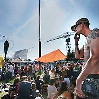 Nederland, Amsterdam , 2 juni 2011..Op donderdag 2 juni -Hemelvaartsdag- organiseert de NDSM werf voor de derde keer het kleurrijke festival Hemeltjelief! Met een bijzondere mix van aansprekende live-bands, straattheater, kunstinstallaties en kindervertier is Hemeltjelief! een verfrissend festival dat het net even anders doet. ?Wie met Hemelvaart iets bijzonders wilt beleven, doet er goed aan op 2 juni naar de NDSM werf af te reizen. Daar organiseren de kunstenaars van de werf voor de derde keer het kleurrijke festival Hemeltjelief! Wat twee jaar geleden begon als een spontaan feest op Hemelvaartsdag voor Amsterdammers en hun kroost, groeit dit jaar uit tot een heus festival waar meer dan honderd kunstenaars en muzikanten hun steentje aan bijdragen. .Overdag is er zowel voor kinderen als hun ouders van alles te zien, te doen en mee te maken zoals T-shirts maken, circusacts instuderen, vliegtuigspotten en naar de sterren kijken in een nagemaakt heelal. ?Op de diverse podia staan grote bands en aanstormende talenten geprogrammeerd, waaronder Chef'Special, Phantom 4 feat. Rude Boy, Supercity, Den Tex en de nieuwe Amsterdamse belofte Puppa and the Clementines. Op het podium aan de waterkant bij Noorderlicht draaien o.a. Kareem Raihani, Poly Esta, Anam en Ronny Hammond. ..Foto:Jean-Pierre Jans