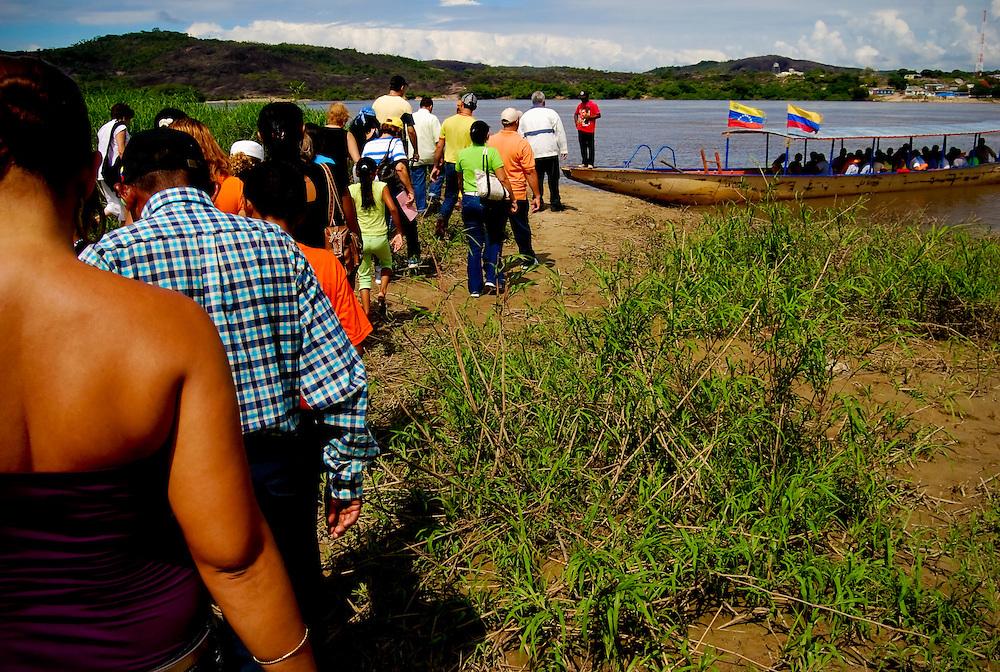 FRONTERA COLOMBO-VENEZOLANA<br /> (Copyright &copy; Aaron Sosa)<br /> Puesto fronterizo del Ejercito Venezolano. Al otro lado del Rio Orinoco se aprecia el poblado de Casuarito, Colombia.<br /> Grupo de personas que abordaran la lancha que lo llevara a tierras colombianas.<br /> Puerto Ayacucho, Estado Amazonas, Venezuela 2008