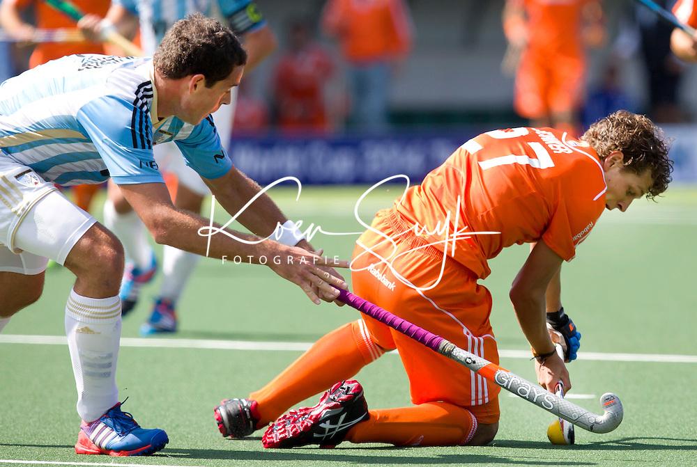 DEN HAAG - Juan Ignacio Gilardi (l) vloert Constantijn Jonker tijdens de wedstrijd tussen de mannen van Nederland en Argentinie in de World Cup hockey 2014. ANP KOEN SUYK