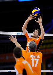 09-07-2010 VOLLEYBAL: WLV NEDERLAND - ZUID KOREA: EINDHOVEN<br /> Nederland verslaat Zuid Korea met 3-1 / Yannick van Harskamp en Rob Bontje<br /> ©2010-WWW.FOTOHOOGENDOORN.NL