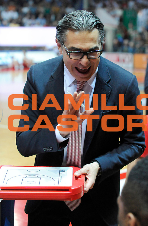 DESCRIZIONE : Varese Lega A 2012-13 Cimberio Varese EA7 Emporio Armani Milano<br /> GIOCATORE : Coach Sergio Scariolo<br /> SQUADRA : EA7 Emporio Armani Milano<br /> EVENTO : Campionato Lega A 2012-2013<br /> GARA :  Cimberio Varese EA7 Emporio Armani Milano<br /> DATA : 14/04/2013<br /> CATEGORIA : Coach Fair Play TimeOut<br /> SPORT : Pallacanestro<br /> AUTORE : Agenzia Ciamillo-Castoria/A.Giberti<br /> Galleria : Lega Basket A 2012-2013<br /> Fotonotizia : Varese Lega A 2012-13 Cimberio Varese EA7 Emporio Armani Milano<br /> Predefinita :