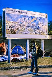 03.10.2015, Grenzübergang, Salzburg - Freilassing, GER, Flüchtlingskrise in der EU, im Bild Flüchtlinge warten auf den Grenzübertritt nach Deutschland vor einem Schild Universitätsstadt Salzburg und Salzburger Festspiele // Refugees waiting to cross the border to Germany. Europe is dealing with its greatest influx of migrants and asylum seekers since World War II as immigrants fleeing war and poverty in the Middle East, Afghanistan and Africa try to reach Germany and other Western European countries, German - Austrian Border, Salzburg on 2015/10/03. EXPA Pictures © 2015, PhotoCredit: EXPA/ JFK