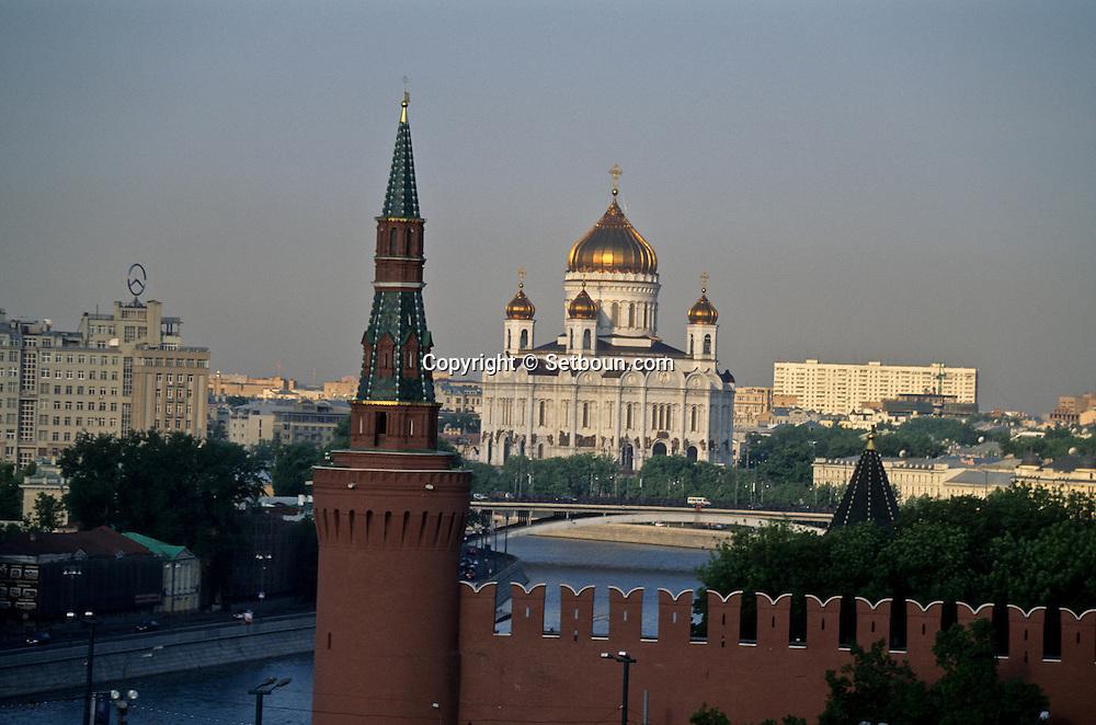 Kremlin fortified walls and moskowa river, The new rebuilt Chris cathedral covered with gold  Moskow  Russia     /// Les remparts du Kremlin et la Moskova. La  cathédrale du christ sauveur , plus grande de la ville, reconstruite.  Moscou  Urss   ///     L0007107  /  R20202  /  P107925