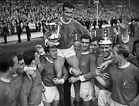 NOEL CANTWELL, MANCHESTER UNITED CAPTAIN, IS CHAIRED BY HIS TEAM MATES Left to right : Johnnny Giles (arm raised),ALBERT QUIXALL,Jimmy Murphy (behind) BILL FOULKES (RIGHT) David Herd,Paddy Crerand,Bobby Charlton. FA CUP FINAL 1963, MANCHESTER UTD V LEICESTER CITY. Wembley. 25/5/63 CREDIT: COLORSPORT