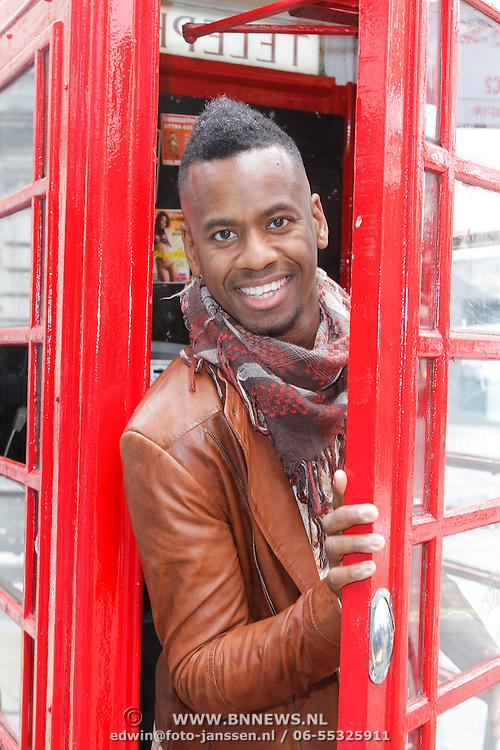 GBR/London/20120510 - Persreis musical Shrek London, Rogier Comproe in engelse telefooncel