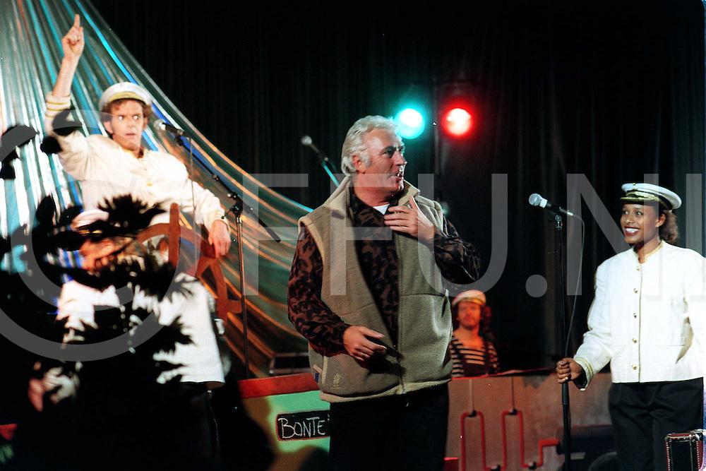 slagharen : optreden van marco bakker tijdens zonnebloemmiddag in de bonte wever.op foto aankomst van marco bakker op het podium tijdens een act over zeereis..foto frank uijlenbroek©1996