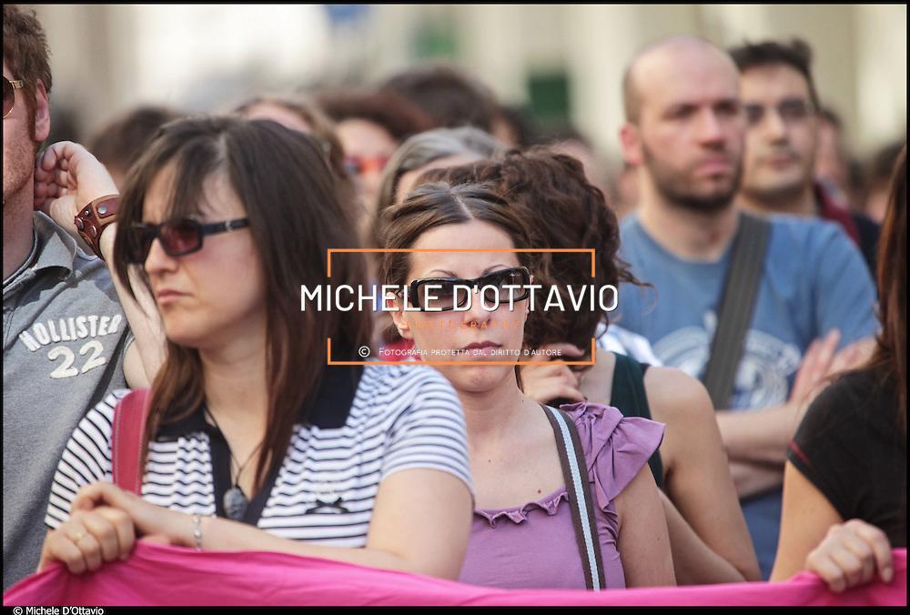 """Manifestazione di lavoratori precari per le vie del centro di Torino. L'iniziativa organizzata dal comitato promotore 'Il nostro tempo è adesso' di Torino si è conclusa con un appello sul lavorio precario  """"Chiediamo un lavoro dignitoso e sicuro, sufficiente ad assicurare a tutti un'esistenze libera e dignitosa""""."""