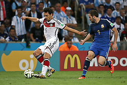 13.07.2014, Maracana, Rio de Janeiro, BRA, FIFA WM, Deutschland vs Argentinien, Finale, im Bild vl.: Mats Hummels (GER) gegen Gonzalo Higuain (ARG) // during Final match between Germany and Argentina of the FIFA Worldcup Brazil 2014 at the Maracana in Rio de Janeiro, Brazil on 2014/07/13. EXPA Pictures © 2014, PhotoCredit: EXPA/ Eibner-Pressefoto/ Cezaro<br /> <br /> *****ATTENTION - OUT of GER*****