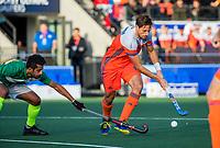 AMSTELVEEN - Bjorn Kellerman (Ned) met Ammad Butt (Pak) tijdens  de tweede  Olympische kwalificatiewedstrijd hockey mannen ,  Nederland-Pakistan (6-1). Oranje plaatst zich voor de Olympische Spelen 2020.  COPYRIGHT KOEN SUYK