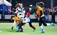 HUIZEN - hoofdklasse competitie dames, Huizen-Groningen . Sascha Olderaan (Huizen) wordt gestopt door Florentine Blom (Gron.) COPYRIGHT KOEN SUYK