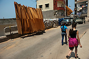 Alawite Jabal Mohsen neighborhood. Sandbags and fabric protect the inhabitants against the Sunni snipers below. A Lebanese army tank is positioned further away. Tripoli, Lebanon...Quartier alaouite Jabal Mohsen. Sacs de sable et bâches protègent les habitants contre des snipers sunnites plus bas. Un blindé de l'armée Libanaise est placé plus  loin.