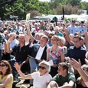 Lars Løkke-Rasmussen og Inge Støjberg og publikum vinker til Kristian Jensen's selfi på scenen. Fællessang før Venstre's indlæg påTalerstolen.
