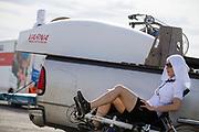 Barbara Buatois is bezig met de warming up. In Battle Mountain (Nevada) wordt ieder jaar de World Human Powered Speed Challenge gehouden. Tijdens deze wedstrijd wordt geprobeerd zo hard mogelijk te fietsen op pure menskracht. De deelnemers bestaan zowel uit teams van universiteiten als uit hobbyisten. Met de gestroomlijnde fietsen willen ze laten zien wat mogelijk is met menskracht.<br /> <br /> In Battle Mountain (Nevada) each year the World Human Powered Speed ??Challenge is held. During this race they try to ride on pure manpower as hard as possible.The participants consist of both teams from universities and from hobbyists. With the sleek bikes they want to show what is possible with human power.
