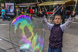 November 20, 2018 - SãO Paulo, São Paulo, Brazil - SAO PAULO SP, SP 20/11/2018 DAILY LIFE IN SP: Boys play to make giant soap bubbles on Avenida Paulista in São Pauo this afternoon (20) (Credit Image: © Cris Faga/ZUMA Wire)