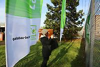 Mannheim. 22.11.17 | <br /> Feudenheim. Vor der ehemaligen US Kaserne Spinelli. Hier soll die Bundesgartenschau 2023 stattfinden.<br /> Die BUGA 2023 in Mannheim r&uuml;ckt n&auml;her. Mit dem Konzept &bdquo;Mannheim verbindet&ldquo; entsteht bis 2023 innerst&auml;dtisch eine neue Parklandschaft &ndash; f&uuml;r eine bessere Lebensqualit&auml;t und ein angenehmeres Stadtklima. Als Auftakt zur BUGA Mannheim 2023 wird deshalb direkt im Zentrum des Gartenschaugel&auml;ndes eine Esskastanie (Castanea sativa), Baum des Jahres 2018, gepflanzt. <br /> <br /> <br /> Bild: Markus Prosswitz 22NOV17 / masterpress (Bild ist honorarpflichtig - No Model Release!) <br /> BILD- ID 00556 |