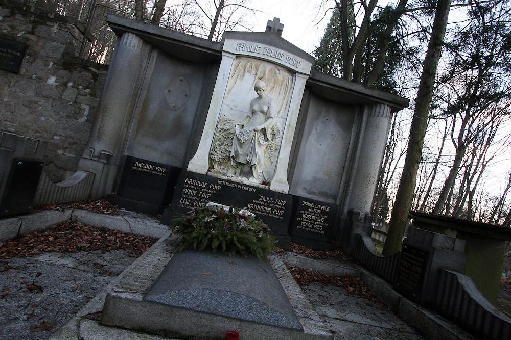Karlovy Vary (Karlsbad)/Tschechische Republik, CZE, 14.12.06: Prunkvolle Grabst&auml;tte der Familie Julius Pupp mit B&uuml;ste und Deutscher Inschrift auf dem Hauptfriedhof in Drahovice, Karlovy Vary (Karlsbad).<br /> <br /> Karlovy Vary (Karlsbad)/Czech Republic, CZE, 14.12.06: Pompously grave of the Julius Pupp family with German language inscription at the Central Cemetery in Drahovice, Karlovy Vary (Karlsbad).