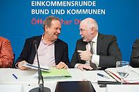 08 FEB 2018, BERLIN/GERMANY:<br /> Frank Bsirske (L), Vorsitzender ver.di, Ulrich Silberbach (R), Bundesvorsitzender dbb, nach einer Pressekonferenz der Dienstleistungsgewerkschaft ver.di und des Deutschen Beamtenbundes, dbb,  zur Einkommensrunde Bund un Kommunen im &Ouml;ffentlichen Dienst, Hotel Melia<br /> IMAGE: 20180208-01-047<br /> KEYWORDS: Gespr&auml;ch