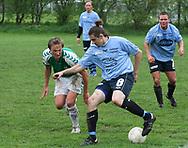 FODBOLD: Martin Buch-Frederiksen (Helsingør) dribler under kampen i Kvalifikationsrækken, pulje 1, mellem AB og Elite 3000 Helsingør den 20. maj 2006 på Skovdiget Idrætsanlæg. Foto: Claus Birch