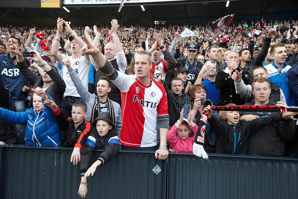 Nederland. Rotterdam, 6 mei 2012.<br /> Feyenoordsupporters vieren de overwinning op Heerenveen en het bereiken van de tweede plaats dat recht geeft op de Champions League . Bij terugkeer in Rotterdam wordt de selectie gehuldigd in De Kuip, waar zo'n 30.000 mensen op de tribune zitten. voetbal, fan, fans, supporters, voetbalsupporters, Feyenoord, clubliefde, vieren, feestvieren, emotie, emotioneel<br /> Foto : Martijn Beekman