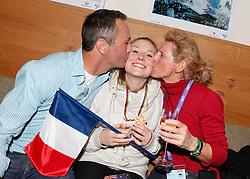 14.02.2013, Oh la la - Gasthaus Brunner, AUT, FIS Weltmeisterschaften Ski Alpin, Schladming, im Bild Tessa Worley (FRA, 1. Platz), die von ihren Eltern gekuesst wird // 1st place Tessa Worley of France is kissed by her parents during FIS Ski World Championships 2013 at the Oh la la - Gasthaus Brunner, Schladming, Austria on 2013/02/14. EXPA Pictures © 2013, PhotoCredit: EXPA/ Martin Huber.