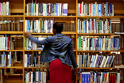ipjr08510127A student of the University of Zululand in South AfricaAn African student in an African academic library. �John Robinson/South Photographsafrica afrika afrique library academics studies study