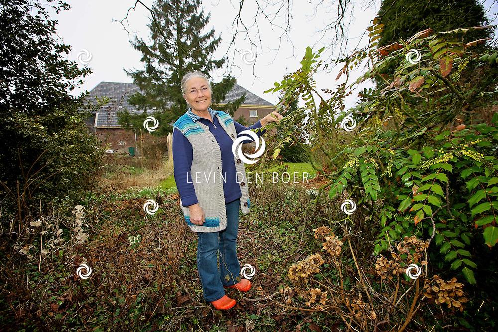 BRAKEL - Het huis van Riet Arema staat te koop, maar ze zal het buitenleven zeer zeker gaan missen. FOTO LEVIN DEN BOER - PERSFOTO.NU