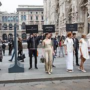Defile hors de programme de Francesca Fossati devant le Dome, a l'entree du defile de Uma Wang pendant la semaine de la mode
