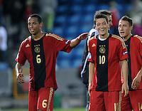Fussball  International U 21 Europameisterschaft 2009   26.06.2009 Halbfinale Italien - Deutschland  Freude ueber den Sieg; Dennis Aogo (li, GER) und Mesut Oezil (GER)