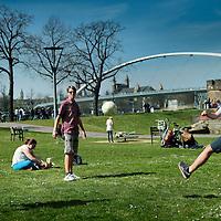 Nederland.Maastricht. 10 april 2015.<br /> Zonnen en balletje trappen langs de Maas tijdens de eerste echte lentedag op het Centre Ceramique.<br /> Foto: Jean-Pierre Jans